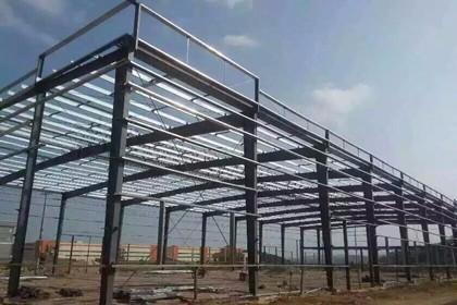 钢结构厂房的优点: 1 用途广泛:可适用于工厂,仓库,办公楼,体育馆,飞