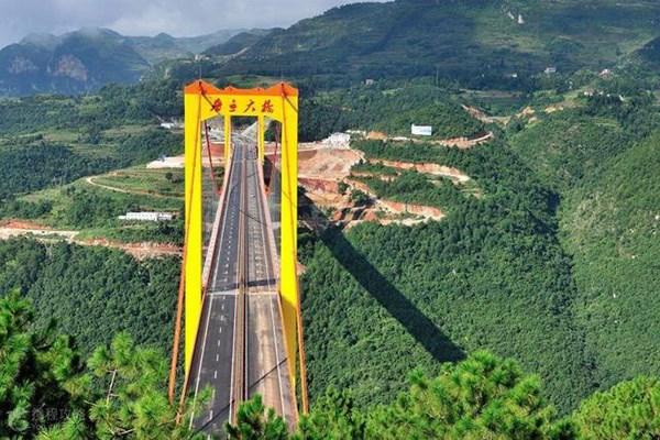 山体毫无支撑,跨山大桥是如何修建的?德国工程师看后赞叹不已