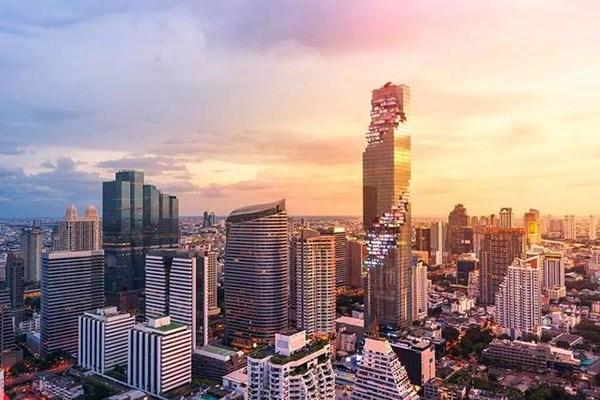 泰国耗巨资建第一高楼,却因外观像废墟备受嘲讽,夜晚却很惊艳