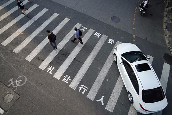 北京日报评论:该礼让行人的不光是汽车