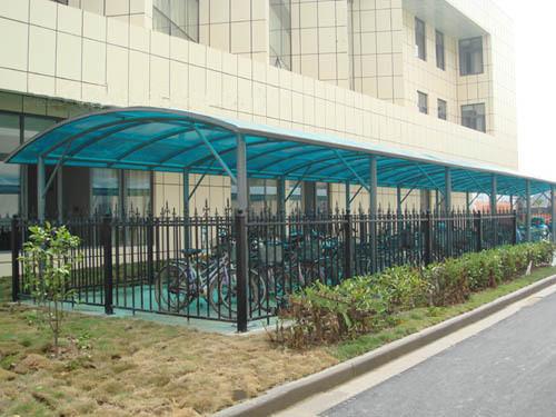 成都永祥钢结构专业承接pc阳光棚工程,棚面采用pc阳光板,结构采用方钢