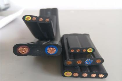扁电缆采用柔性结构设计,电缆具有柔软,耐弯折的性能,可随设备连续