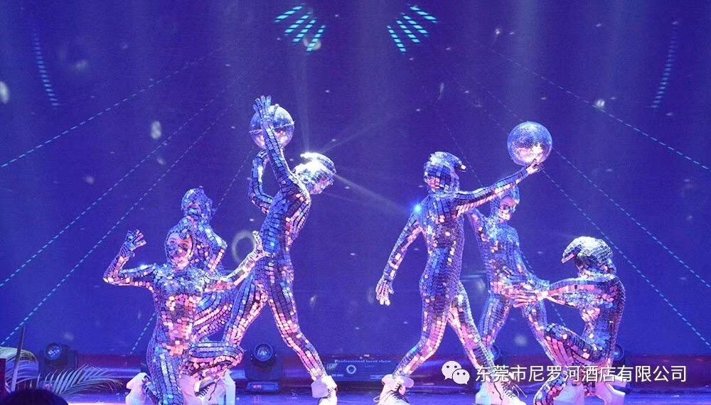 镜面镜片创意舞蹈.jpg