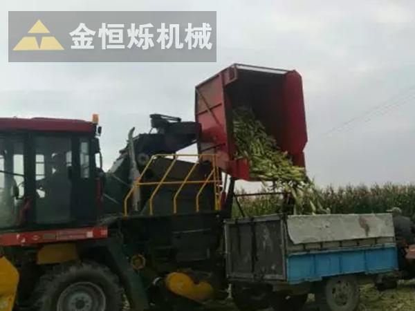 玉米收割机卸粮 副本.png