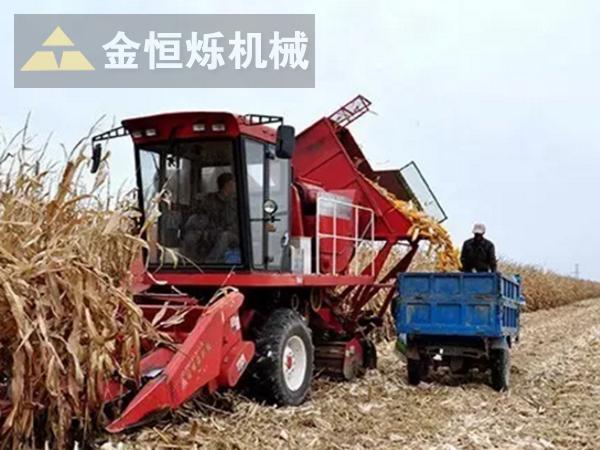 玉米收割机作业图 副本.png