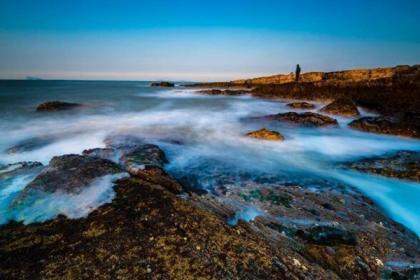 山东长岛冬季海景 海浪落日构成美丽画卷