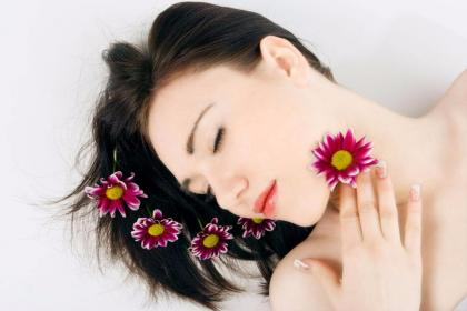 6个睡前美容护肤小窍门,可能会改善皮肤暗黄干燥