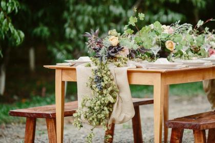 让幸福在餐桌上散布开来:婚礼桌花的创意呈现方式