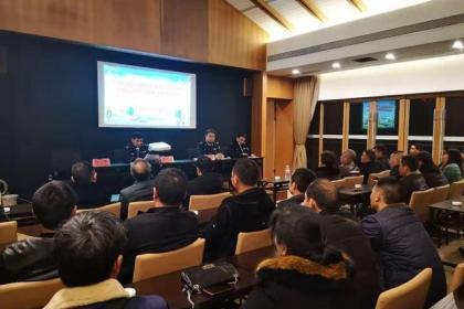 六枝交警约谈客运企业筑牢春运交通安全网