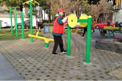 成都高新区桂溪街道双源社区组织托底队员开展清洁健身器材活动